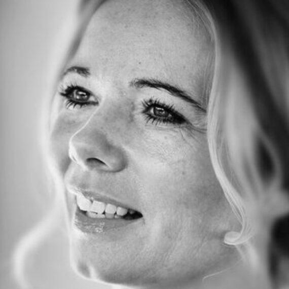 Lisa Høholt i sort og hvid