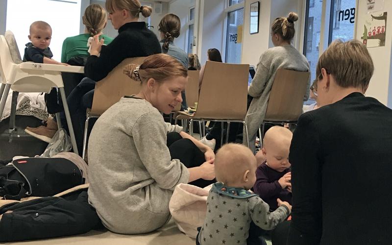 Mødre strømmer til barselstilbud: Fædrenes fremmøde halter